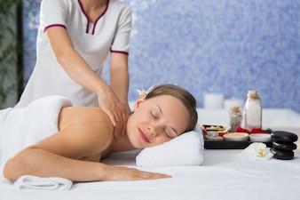 Frau erhalten eine Massage auf der Rückseite