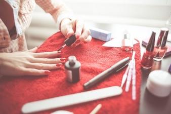 Frau ihre Nägel poliert