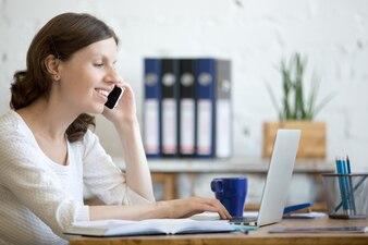 Frau im Gespräch über ihr Handy