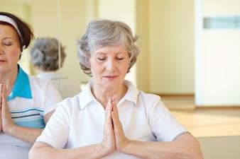 Frau in Yoga-Pose auf dem Boden sitzen