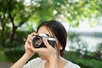 Frau mit alten Vintage-Kamera
