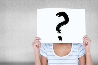 Frau mit einem Schild in das Gesicht mit einem Fragezeichen