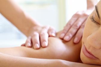 Frau mit geschlossenen Augen die Massage genießen