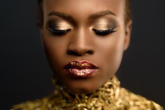 Frau mit geschminkten Lippen