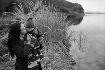 Frau mit Kind am Teich