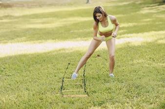 Frau springt auf Gras