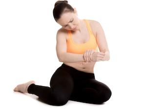 Frau Überprüfung ihr Handgelenk