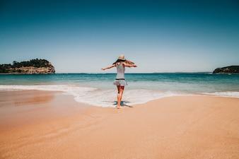 Frau vor dem Strand in Australien.