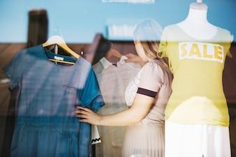 Frau wählt Kleid