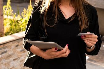 Frau zahlt ihre Rechnungen online