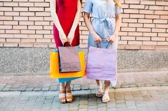 Frauen halten Papiertüten