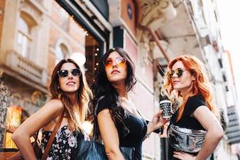 Frauen mit Sonnenbrille posieren