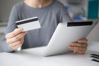 Freigegebene Ansicht der Person, die Online-Zahlung macht