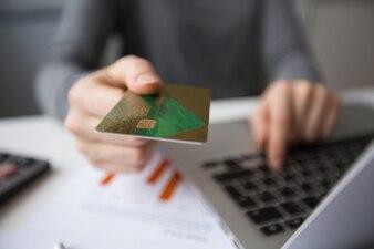 Freigegebene Ansicht des Managers, der Online-Banking macht