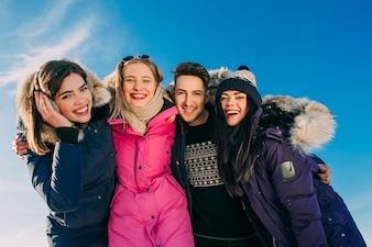 Freudige Gruppe junger Menschen in den Bergen