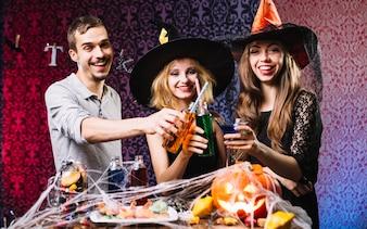 Freunde, die Spaß auf Halloween haben