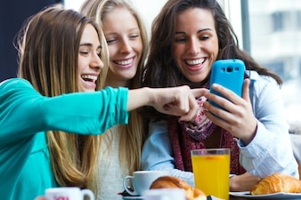 Freunde, die Spaß mit Smartphones haben