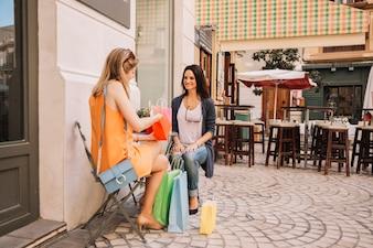 Freunde im Café mit Einkaufstüten