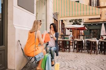 Freunde im Café mit Taschen