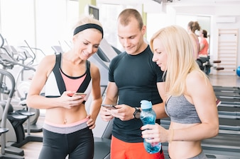 Freunde im Fitnessstudio