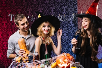 Freunde posieren und lachen auf Halloween