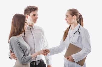 Freundliche medizinische Händeschütteln mit Paar