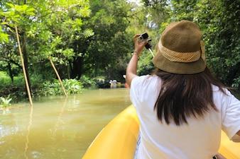 Friedliche Abenteuer Touristen Wald Genuss
