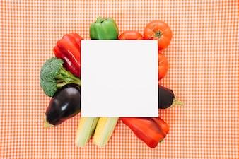 Frische Gemüsezusammensetzung mit Papier