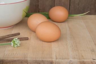 Frische ländliche Eier auf einem Holzbrett
