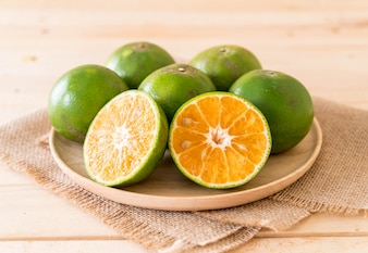 Frische Orangen auf Holzplatte