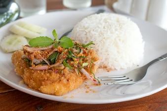 Frittiertes Dolly Fish Steak mit Sauce Basilikum knuspriges Kraut scharf und würzig lecker Thai Thai Style