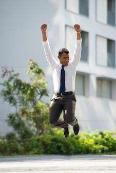 Fröhlich Geschäftsmann Springen Feiern Erfolg