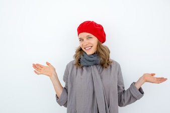 Fröhliche junge französische Frau, die Ungewissheit ausdrückt