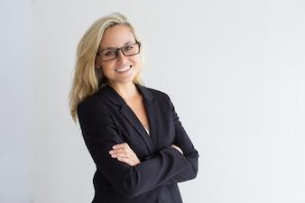 Fröhliche junge Geschäftsfrau mit Brille