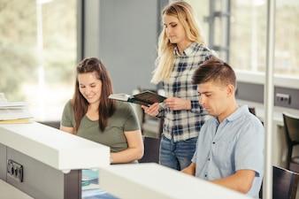 Fröhliche Schüler am Tisch
