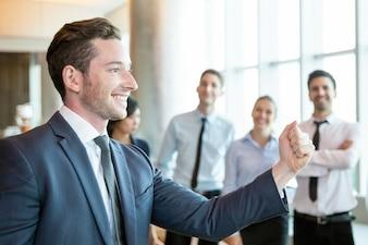 Fröhlicher Führer motiviert sein Geschäftsteam