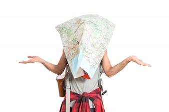 Frustrierte Backpacker mit Karte auf weißem Hintergrund