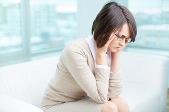 Frustrierte Frau mit ihrer Arbeit