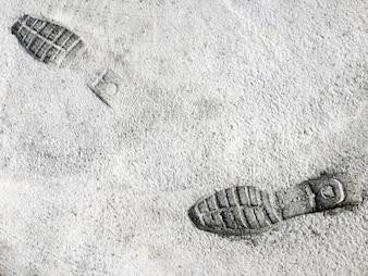 Fußabdrücke (Schuhe) in Cement Road