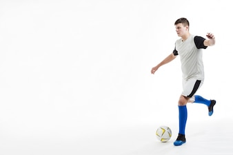 Fußball-Spieler denken, bevor er den Ball schlagen
