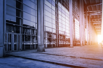 Gebäude mit Glaswänden bei Sonnenuntergang