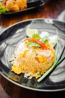 Gebratener Reis mit Garnelen oben