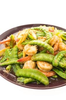 Gebratenes Gemüse mit Garnelen oder Garnelen in Teller