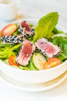 Gegrillter Thunfischsalat in weisser Schale - gesundes Essen