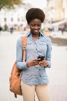 Gehen afrikanisches Telefon junges Schwarzes