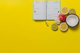 Gelber Hintergrund mit Kalender und dekorativen Elementen