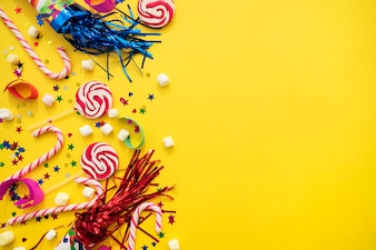 Gelber Hintergrund mit Vielzahl von Geburtstags-Elementen