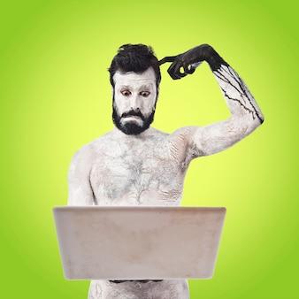 Gemalter Mann mit Laptop auf buntem Hintergrund