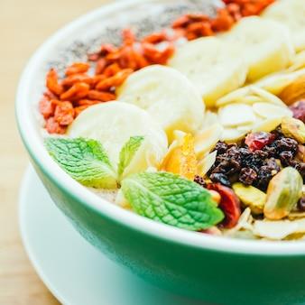 Gemischte Früchte mit Müsli und Granola