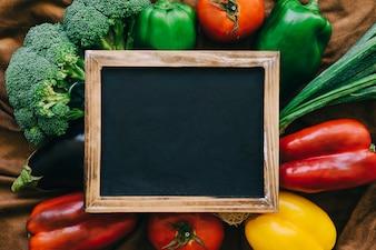 Gemüsedekoration mit Schiefer
